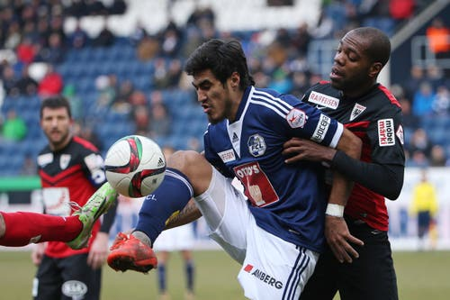 Kampf um den Ball: Dario Lezcano (vorne) gegen Aaraus Kim Jaggy. (Bild: Philipp Schmidli)