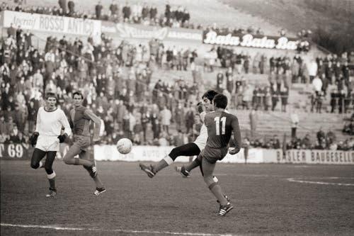 Im gleichen Spiel schiesst Basels Otto Demarmels (rechts, helles Trikot), bedrängt vom Luzerner Verteidiger Richter, das 1:0. (Bild: Keystone)