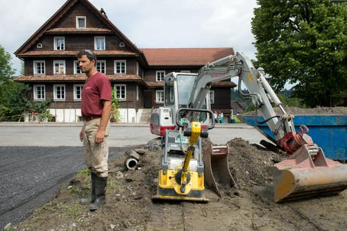 Auch das Haus von Mathias Hediger wurrde geflutet. Nun muss er seinen Vorplatz sanieren. (Bild: Dominik Wunderli (Neue LZ))