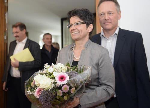 Maya Büchi nimmt die ersten Gratulationen... (Bild: Keystone)