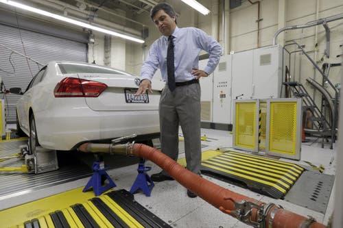 20. September: Der Autokonzern VW gerät unter Druck. Er bestätigt, bei Dieselfahrzeugen mit einer Software Werte von Abgastests manipuliert zu haben. In den Sog des Abgasskandals geraten auch andere Fahrzeugmodelle und andere Automarken. (Bild: AP / Nick Ut)
