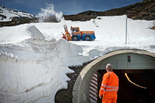Eine Schneefräse bei letzten Arbeiten auf einer Wendeschlaufe auf der südlichen Seite der Passhöhe. (Bild: Pius Amrein / Neue LZ)