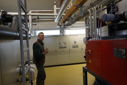 Felix Ammann im Technikraum der Fischbrutanlage. (Bild: Raphael Biermayr / Neue ZZ)