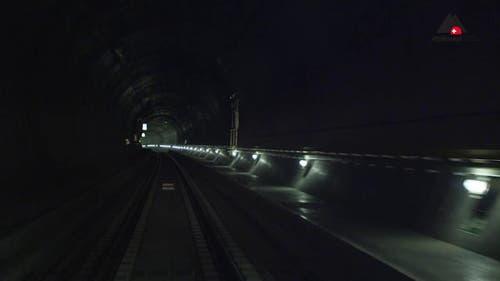 Auch der Tunnel selber macht eine Kurve. (Bild: Alptransit Video)