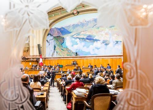 Blick durch die Türe von der Wandelhalle in den Nationalratssaal während den Bundesratswahlen. (Bild: KEYSTONE / THOMAS HODEL)