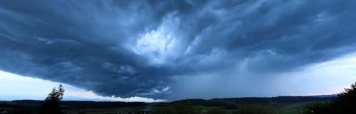 Wetterwolke über Uffikon. (Bild: Leserbild Beat Waldisberg)