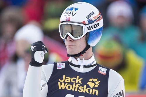 Er scheint mit seinem Sprung zufrieden zu sein: Kenneth Gangnes aus Norwegen beim ersten der beiden Sringen in Engelberg. (Bild: Keystone / Urs Flüeler)