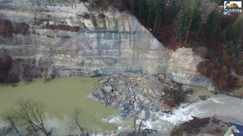 Diese Felsmassen haben zu Rückstau und zur Überflutung geführt. (Bild: ZSO Emme)