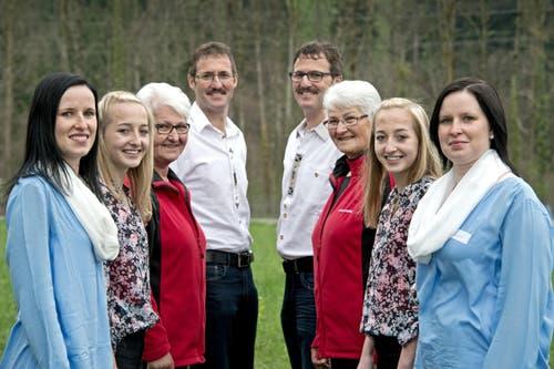 Paarweise links/rechts von vorne nach hinten: Mirjam und Tamara Vetter, Rebecca und Leandra Küng, Anna Britschgi und Pia Lustenberger sowie Beat und Geri Durrer. (Bild: Pius Amrein (Neue LZ))