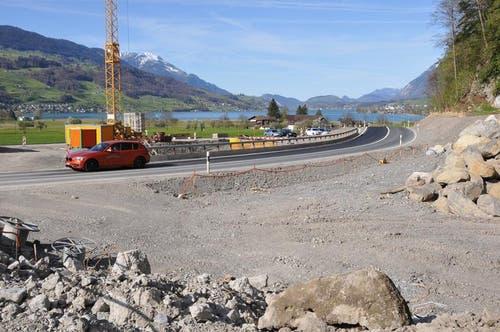 Bis zur Fertigstellung der neuen Brücke (beim Kran) wird die Kantonsstrasse Sachseln-Giswil provisorisch geführt. Auch der Veloweg ist verlegt. (Bild: Robert Hess / Neue OZ)
