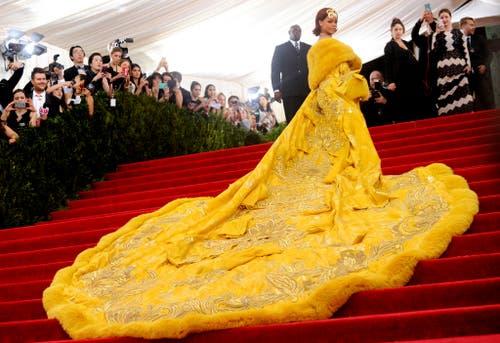 Lang, länger, am längsten: Sängerin Rihanna fällt bei einer Gala in New York mit extravagantem Kleid auf. (Bild: AP / Charles Sykes)