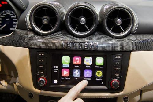 Apple hält mit CarPlay Einzug in das Auto, hier im Ferrari FF. (Bild: Keystone)