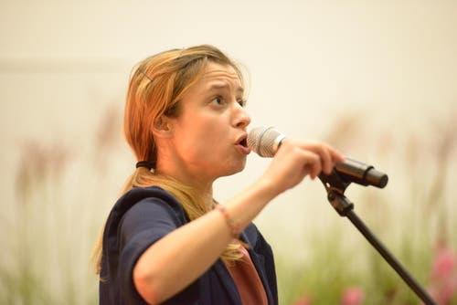 Die Slam Poetin Lara Stoll sorgte mit Wortakrobatik für Unterhaltung. (Bild: pd / Universität Luzern)