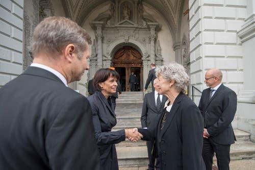 Bundesrätin Doris Leuthard, Mitte, unterhält sich mit Trauergästen. (Bild: Urs Flüeler / Keystone)