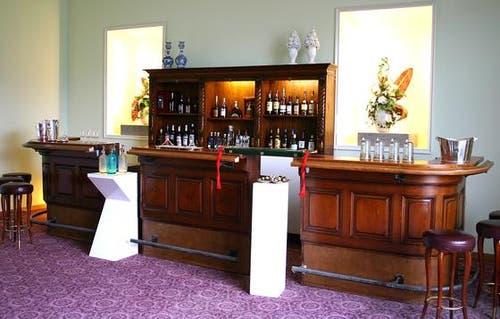 Sonderausstellung Schweizer Hotellerie von einst und heute: Die Bürgenstock-Hotels sind Synonym für Stil und Grandezza. Treffpunkt einer heterogenen, zumal sehr prominenten Gästeschar war die legendäre Bar im «Grand Hotel»: Audrey Hepburn nippte am Cocktailglas und Sean Connery genehmigte sich einen Martini - geschüttelt, nicht gerührt. Dargestellt sind auch Teile der Salons und der Lounges - der Champagner-Lounge, der Smoker's- und der Tea-Lounge. (Bild: PD)