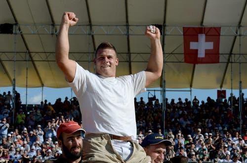 6. Juli: Reto Nötzli aus Pfäffikon gewinnt das Innerschweizer Schwingfest in Cham, an dem über 250 Spitzenschwinger gegeneinander angetreten sind. (Bild: Keystone)