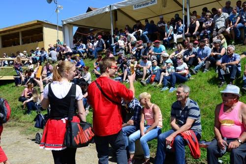 Fröhliche Stimmung in der Arena. (Bild: Robert Hess / Neue OZ)