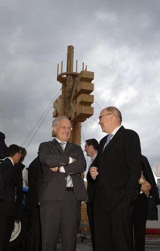 Bundesrat Schneider Ammann im Gespräch mit Regierungsrat Gerhard Odermatt. (Bild: André A. Niederberger / Neue NZ)