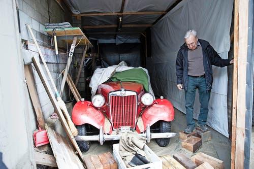 Josef Imbach ist fassungslos – sein MG-Oldtimer wurde massiv beschädigt. (Bild: Manuela Jans)
