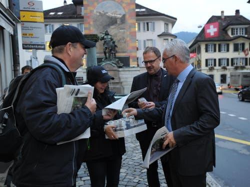 Früh aufstehen hiess es auch für die Redaktion in Uri. Ab 5.34 Uhr wurde die Urner Zeitung am Telldenkmal an Passanten verteilt. (Bild: Urs Hanhart)