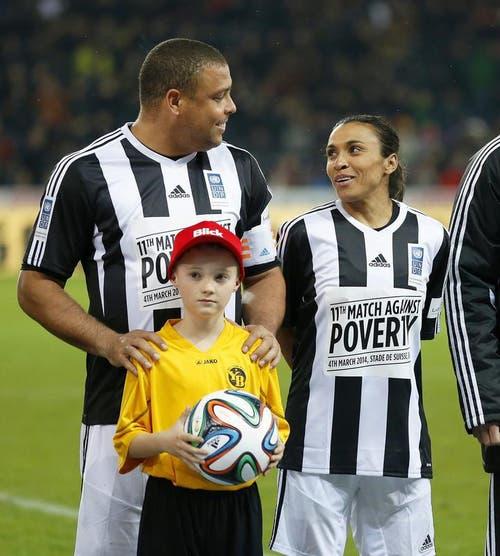 Die Brasilianischen Fussballlegenden Ronaldo und Marta plaudern vor dem Spiel. (Bild: Keystone)