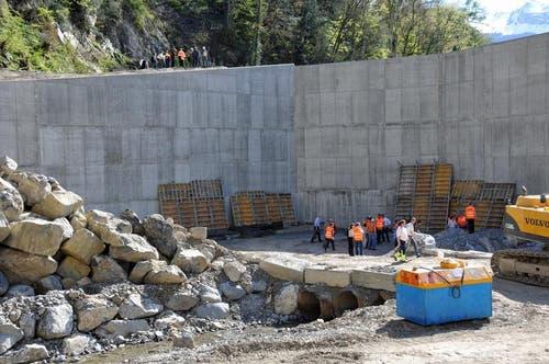 Die bis zu rund 12 Meter hohe und über 100 lange Mauer im Geschiebesammler Gorgen, die eine Art Sperre bilden wird, ist fertig erstellt. (Bild: Robert Hess / Neue OZ)
