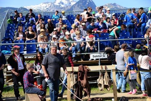 Die Arena füllt sich langsam nach dem Mittagessen. (Bild: Robert Hess / Neue OZ)