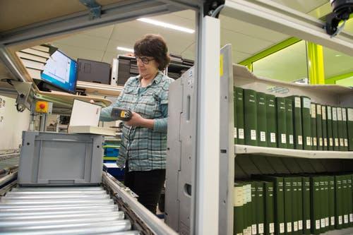 In der Speicherbibliothek erfasst Sandra Blum die Bücher, ... (Bild: Eveline Beerkircher / Neue LZ)