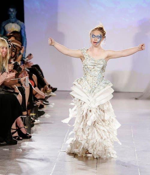 Madeline Stuart ist anders als andere Models: Sie ist 18 Jahre alt, 1,50 Meter gross und hat das Down-Syndrom. Am 13. September hatte sie ihren grossen Auftritt an der New York Fashion Week. (Bild: EPA / Jason Szenes)