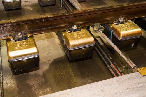 31.10.2014: Die letzten der 380'000 Einzelblock-Schwellen im Gotthard-Basistunnel sind Goldfarben und bei Biasca in den Beton eingegossen worden. (Bild: Keystone)