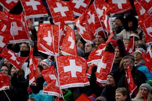 Die Schweizer Fans feiern die Skispringer. (Bild: Keystone / Urs Flüeler)