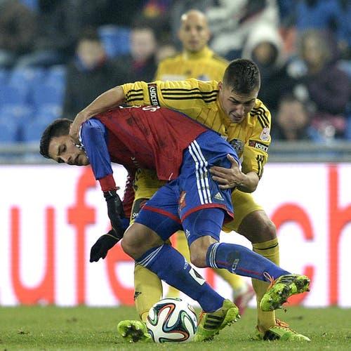 Fabian Schär vom FCB (links) kämpft gegen FCL's Alain Wiss um den Ball. (Bild: Keystone)