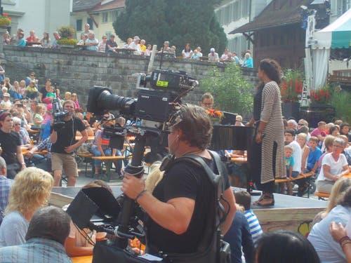 Ein kräftiger Kameramann ist ganz konzentriert an der Arbeit. (Bild: Leserbild Josef Müller)