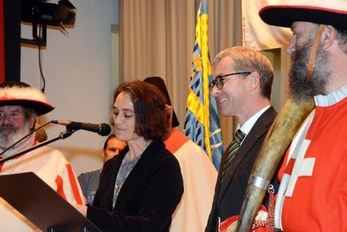 Gemeinde-Vizepräsidentin Sonnie Burch-Chatti gratuliert dem Neugewählten. (Bild: Romano Cuonz / Neue NZ)