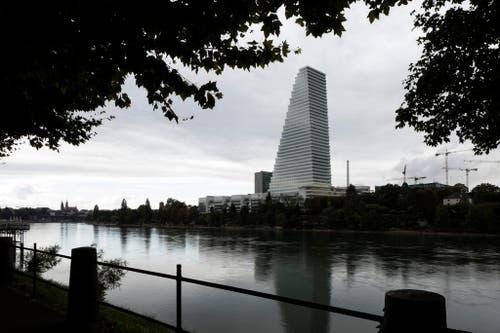 18. September : Die Schweiz hat ein neues höchstes Gebäude. Der 178 Meter hohe Bau 1 des Pharmakonzerns Roche wird eingeweiht. Es überragt den Zürcher Prime Tower um 52 Meter. Das Gebäude bleibt eine Interna: Die Öffentlichkeit hat keinen Zutritt. (Bild: Keystone / Gaetan Bally)