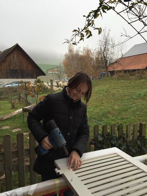 Céline Zimmermann, unterwegs mit Markus Rölli vom Storenbau in Altishofen, nietet einen Fensterladen auf der Baustelle Willihof. (Bild: Markus Rölli)