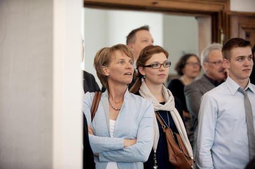 Mit ihren KIndern erwartet Karin Kayser die Resultate. (Bild: Corinne Glanzmann / Neue NZ)