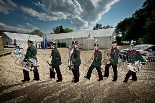 Sattelschlepper um Sattelschlepper fuhren in den vergangenen Tagen im Städtchen vor. Auf dem Bild: Musikanten der Musikgesellschaft Harmonie Sempach. (Bild: Pius Amrein / Neue LZ)