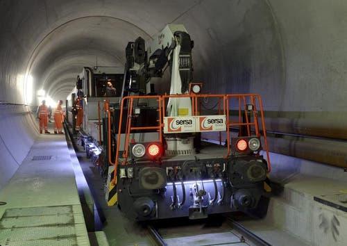 31.10.2013: Diesellokomotiven fahren dort, wo die Fahrleitung noch fehlt. (Bild: Keystone)