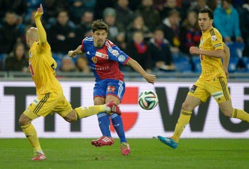 Basel Spieler Davide Calla, Mitte, im Spiel gegen Yassine Mikari, links, und Dimitar Rangelov. (Bild: Keystone)