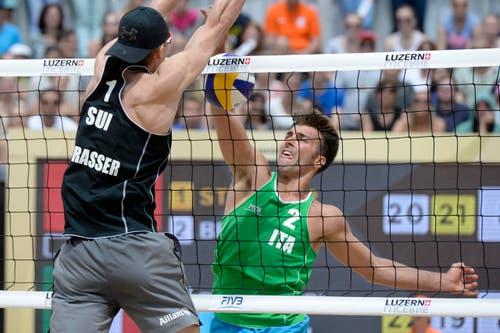 Im Halbfinal trifft Alexei Strasser (CH, links) auf den späteren Sieger Marco Caminati. (Bild: Keystone / Urs Flüeler)