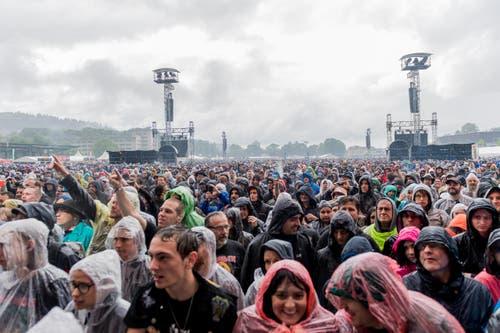 Trotz Regen kommt Festivalstimmung auf. (Bild: Roger Grütter)