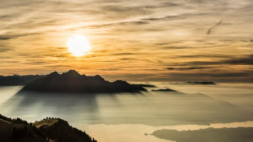 Pilatus im Sonnenuntergang über dem Nebelmeer. Fotografiert auf der Rigi Staffel. (Bild: Gregor Trefny)
