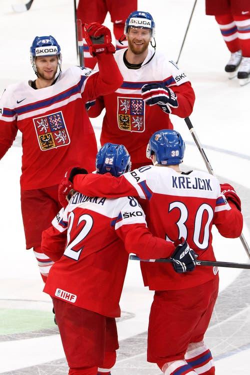 Der Tscheche Michal Vondrka (#82) feiert sein Siegergoal mit seinen Teamkollegen Jakub Krejcik (#30), Michal Jordan, oben links, und Jiri Novotny, oben rechts. (Bild: SALVATORE DI NOLFI)