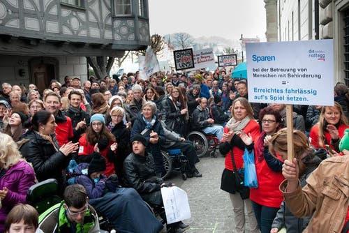 4. November: Mehrere hundert Personen aus dem Bildungs- und Sozialbereich haben sich wegen des Sparpakets am Dienstag vor dem Parlamentsgebäude zu einer Kundgebung versammelt. Sie protestieren dagegen, dass die Sparpläne vor allem die Schwächsten treffen würden. (Bild: Boris Bürgisser / Neue LZ)