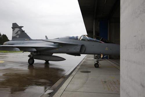 Der Gripen F rollt in den Hangar. (Bild: Keystone)
