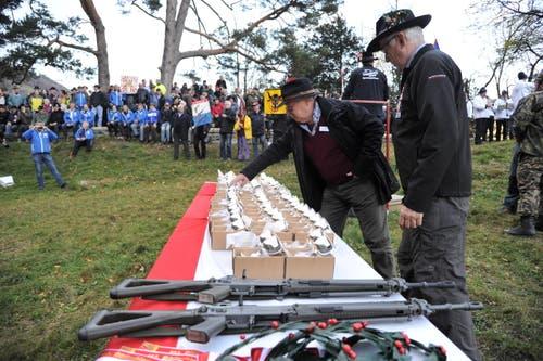 Schützen holen sich ihre Munition. (Bild: Urs Hanhart (Neue UZ))
