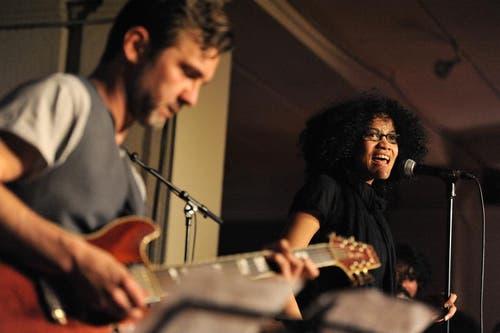 Bergitta Victor brachte karibische Klänge in die Lounge im Foyer des Theaters Uri. (Bild: Urs Hanhart / Neue UZ)