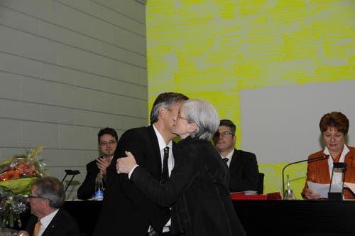 Die abtretende Regierungspräsidentin 2012, Yvonne Schärli-Gerig gratuliert Guido Graf zur Wahl. (Bild: PD)
