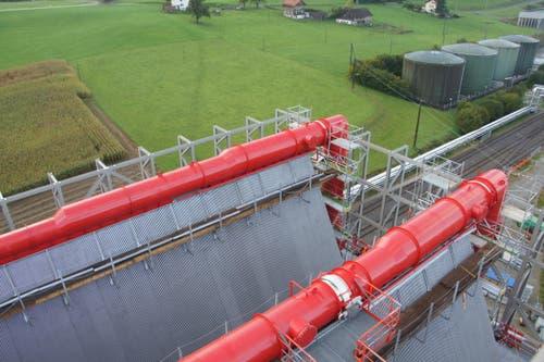Über diese roten Rohre wird der erzeugte Dampf in die Papierfabrik geliefert. (Bild: Philipp Zurfluh)
